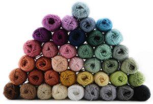 Jeg har valgt Olines Cotton 8/4. Det skyldes to simple, men vigtige faktorer: Der er et kæmpe farveudvalg, og så har det en fast, lav pris på kun 6,95kr.